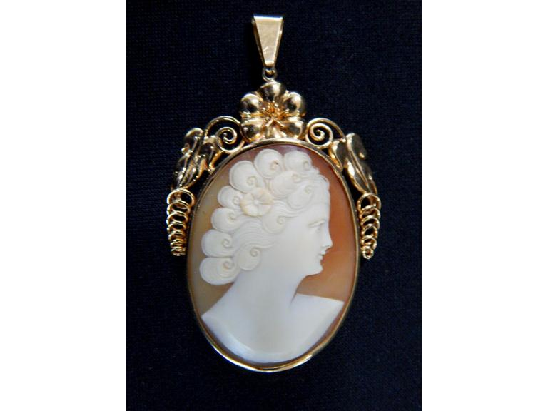 18kt Gold Cameo Pendant