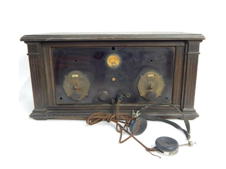 Antique Wood Cased Rube Battery Radio