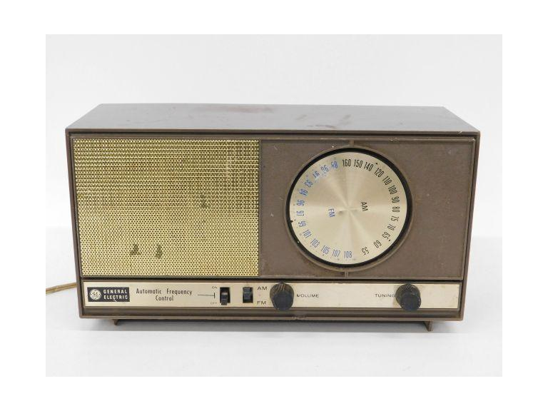 Vintage General Electric AM/FM Radio T-235A