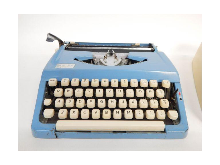 Deluxe 100 Mechanical Typewriter